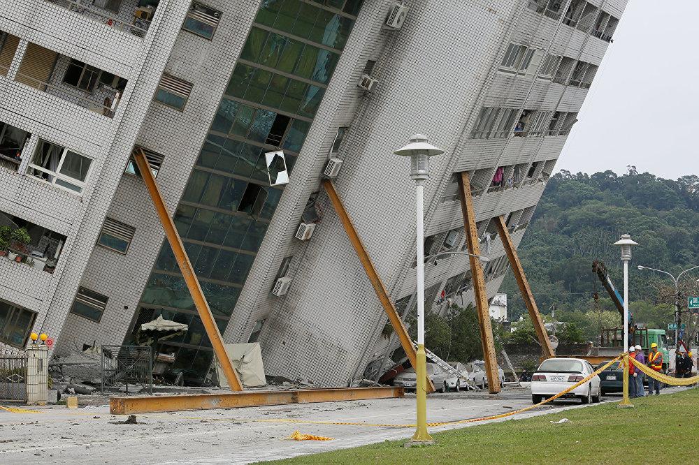 Опоры удерживают одно из зданий от дальнейшего разрушения после сильного землетрясения в городе Хуалянь на Тайване