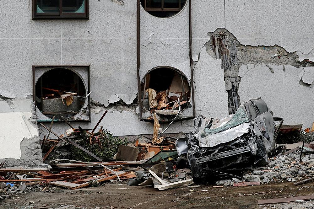 Спасатели пытаются сделать все возможное, чтобы укрепить стены разрушенных землетрясением зданий и предотвратить их обрушение до завершения поисково-спасательной операции