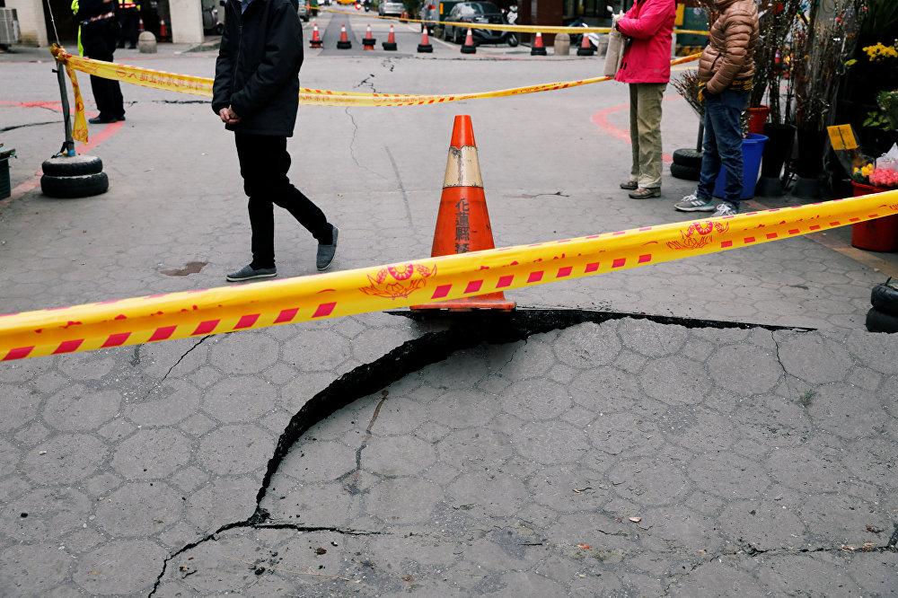 Несколько дорог в городе Хуалянь закрыты для движения машин после землетрясения