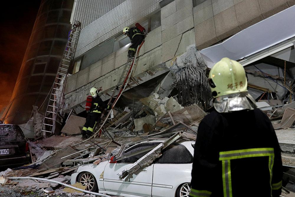 Среди тех, кто работает на месте бедствия, помогая людям - 17 пожарных расчетов, около 600 военнослужащих, около 400 спасателей и 400 сотрудников полиции, а также 20 собак