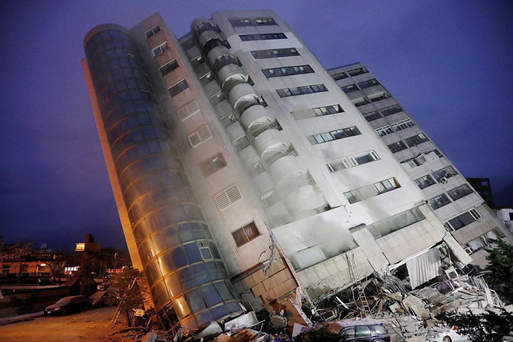 Последствия сильного землетрясения в городе Хуалянь на ТайвОдно из зданий в городе Хуалянь, которое после землетрясения наклонилось на 45 градусов - это отель, где в момент землетрясения находились людиане