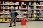 Моющие и чистящие средства на полках магазина