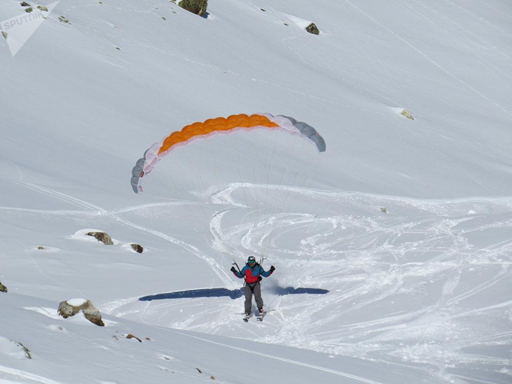 Парашютист на горнолыжном курорте в Сванетии