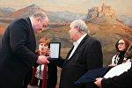 Глава парламента Греции Никос Вуцис вручил президенту Грузии Георгию Маргвелашвили золотую медаль греческого парламента