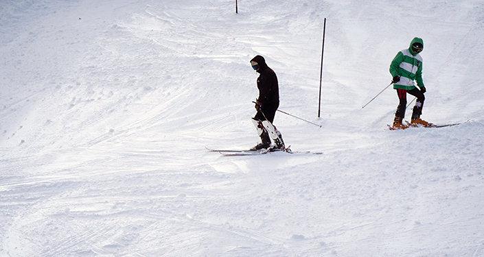 Лыжники на высокогорном зимнем курорте в Бакуриани