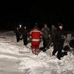 Как рассказали спасатели журналистам, они шли к месту крушения во время снегопада около 700 метров по заснеженному полю, где в некоторых местах высота снега была по пояс