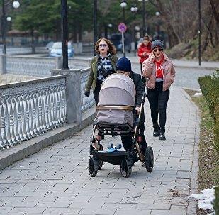 Жители Боржоми идут по одной из центральных улиц города