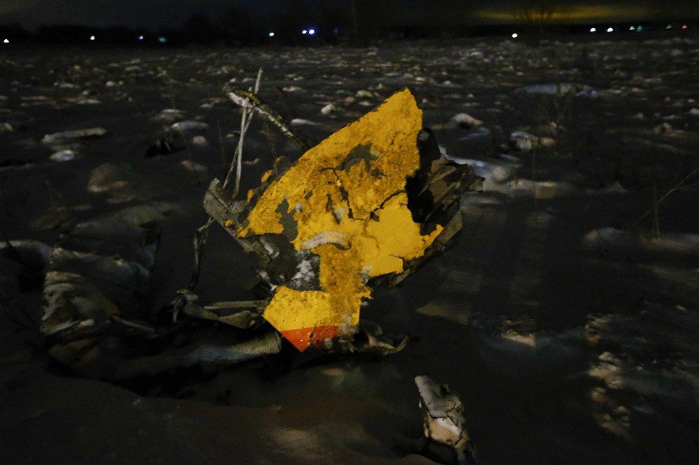 На месте крушения спасатели также обнаружили яму примерно семь на четыре метра и глубиной в полтора метра с обломками