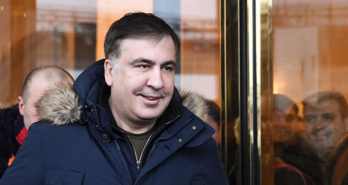 Экс-президент Грузии Михаил Саакашвили покидает отель в Киеве