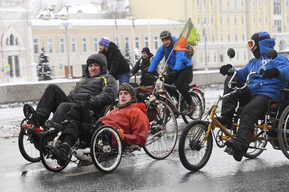 Перед стартом организаторы еще раз напомнили участникам, что акция не является спортивной гонкой и попросили всех двигаться со средней скоростью 15 км/ч