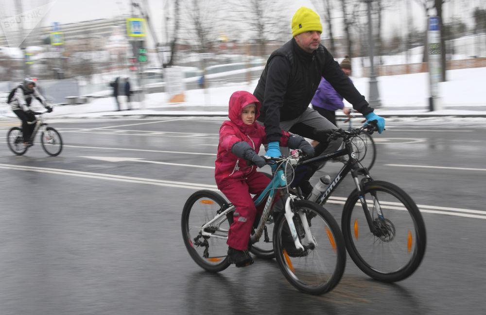 Дети старше семи лет могли участвовать в велопараде самостоятельно, а для тех, кто помладше, нужно было оборудовать на велосипеде специальное место