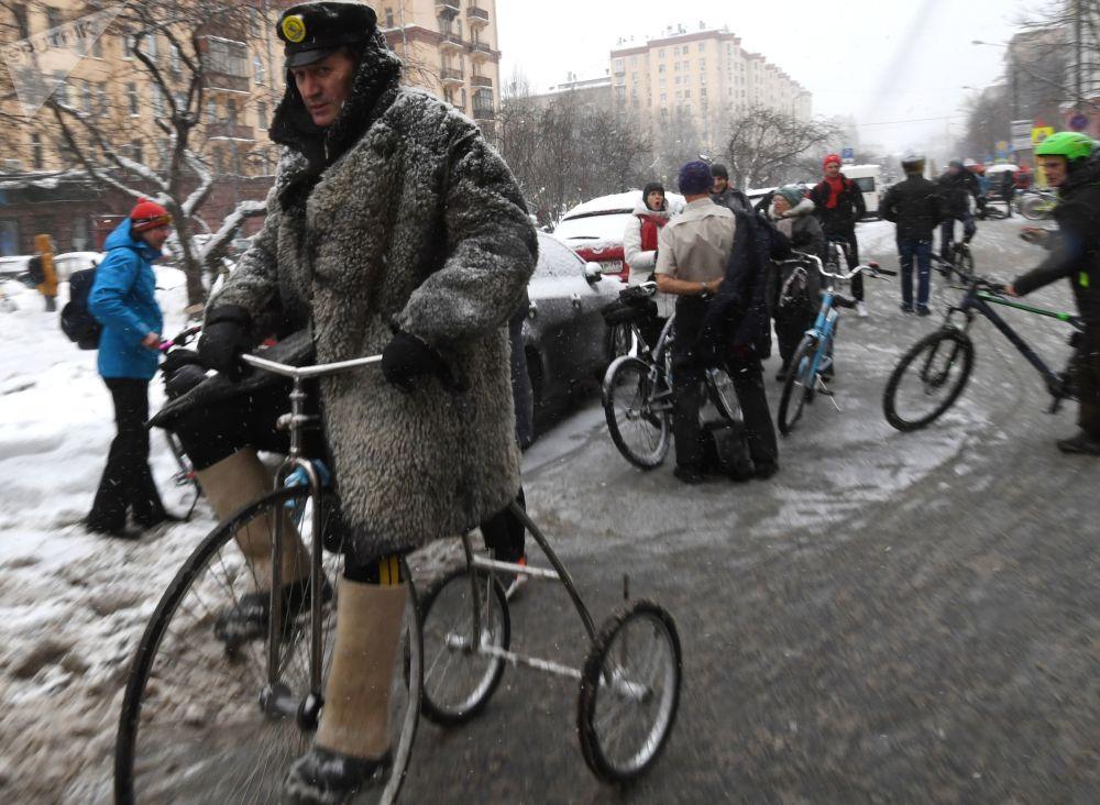 Движение колонны велосипедистов осуществлялось по полосам попутного движения, выезд на тротуары был запрещен