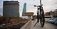 Памятник велосипеду и здоровому образу жизни на площади Революции роз в Тбилиси