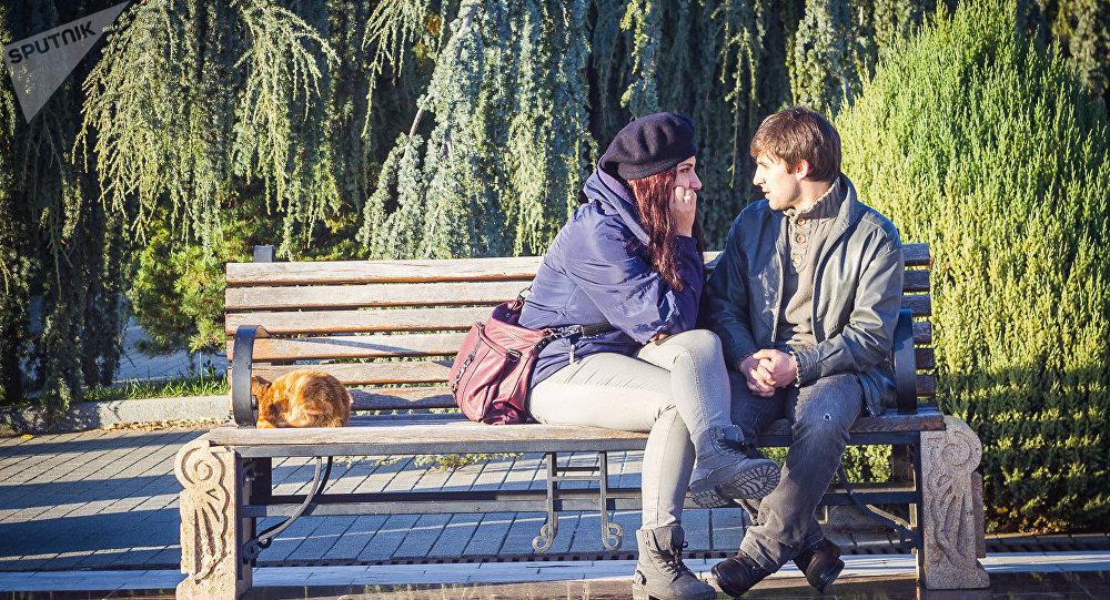 Влюбленная парочка на скамейке в одном из тбилисских парков