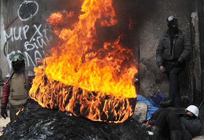 Представители анти-правительственных групп на Майдане Незалежности в Киеве в ходе акций протеста оппозиции, архивное фото