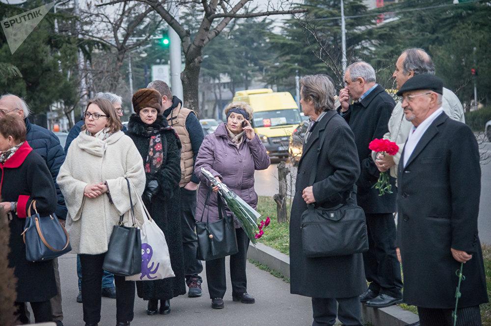 В траурной акции у Секции интересов РФ в Тбилиси приняли участие несколько десятков человек