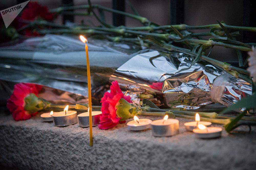Все люди, кто находился на борту самолета, погибли - в результате столкновения с землей авиалайнер разбился так, что куски обшивки и обломки раскидало по огромной территории