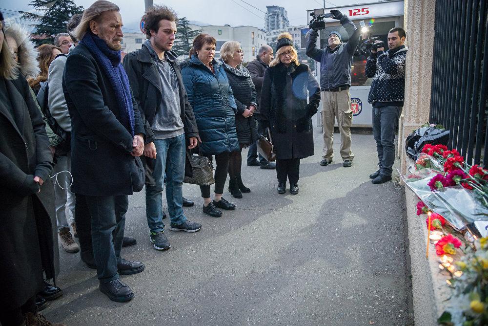 Участники траурной акции провели ее у здания Секции интересов РФ при Посольстве Швейцарии в Грузии