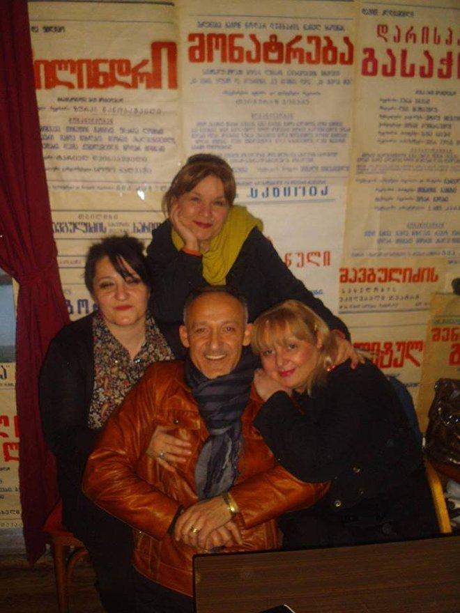 თეატრში მსახიობებთან ერთად