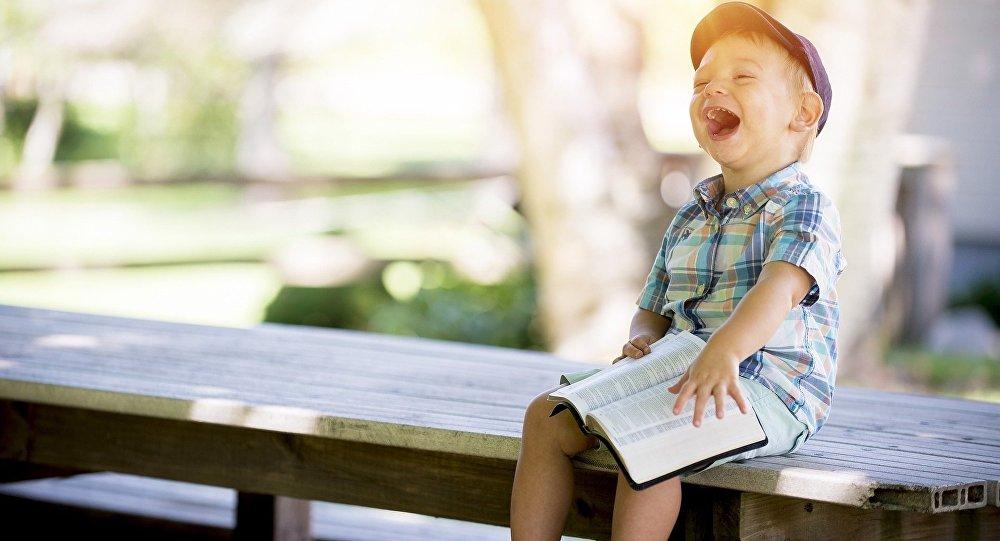 პატარა ბიჭუნა წიგნით