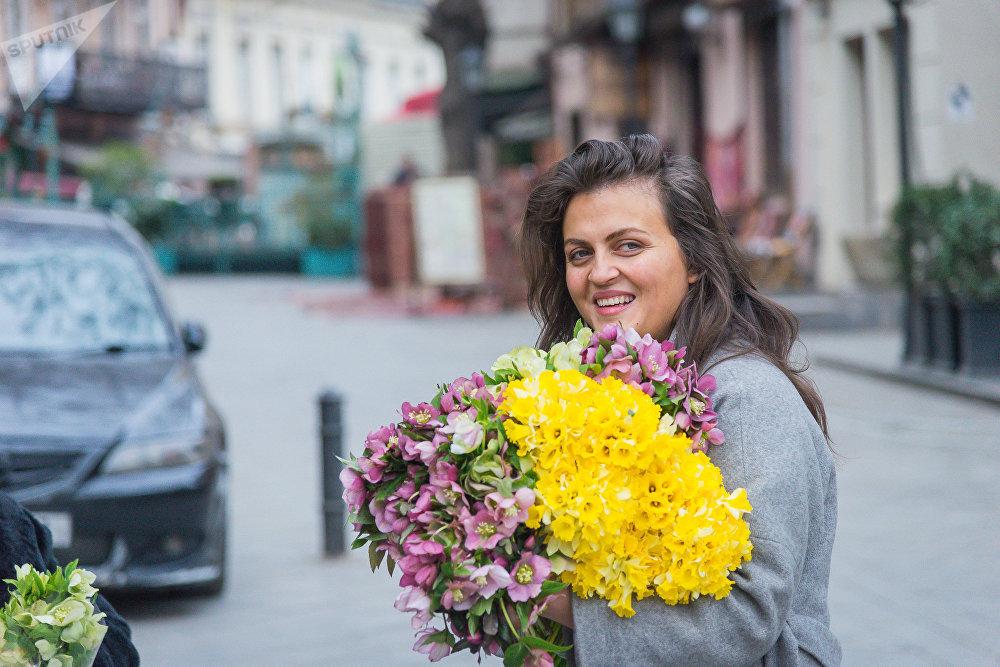 Девушки на улицах города радовались цветам и вообще, ведь скоро уже весна!