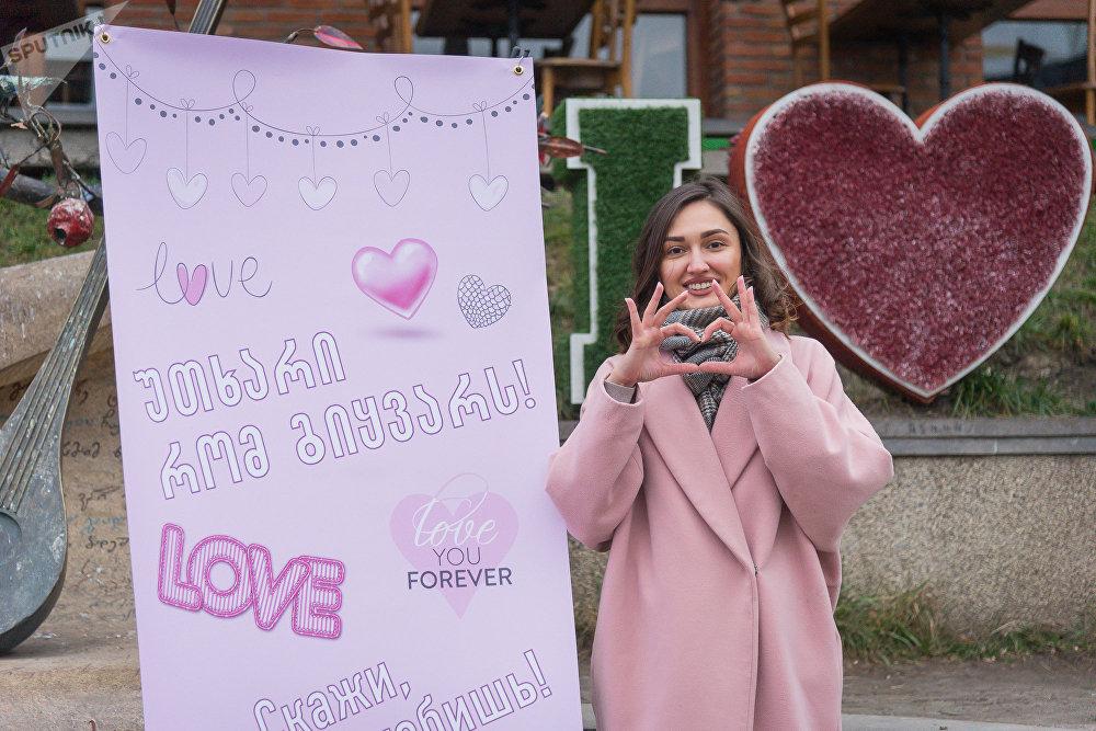 В этот день репортеры Sputnik провели в самом центре Тбилиси акцию, посвященную Дню Святого Валентина