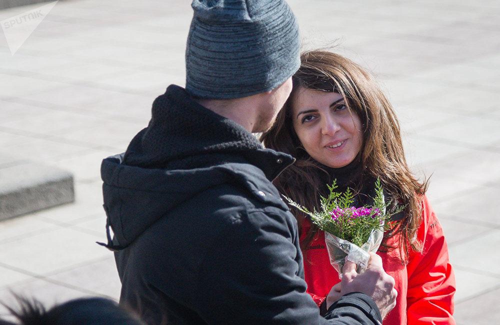 Люди в этот день признавались друг другу в любви и делали приятные сюрпризы
