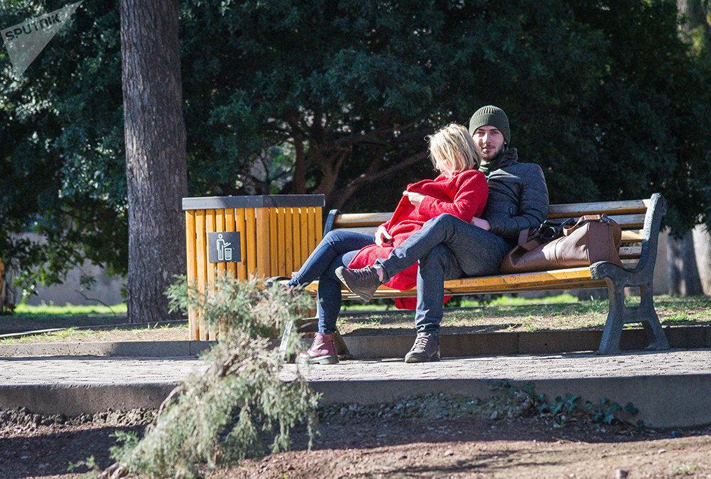 В День Святого Валентина в тбилисских парках казалось на лавочках было гораздо больше парочек, чем обычно