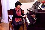 Певица Нани Брегвадзе в своем доме за роялем