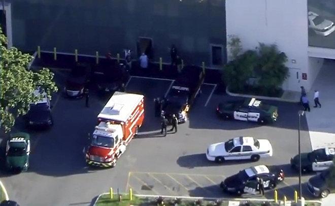 Представители чрезвычайных служб на месте стрельбы у школы в городе Паркленд, штат Флорида