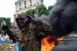 Один из сторонников украинской оппозиции в ходе акции протеста на Майдане Незалежности в Киеве, архивное фото