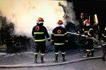 Пожарные тушат загоревшийся после взрыва бензовоз на трассе в Восточной Грузии