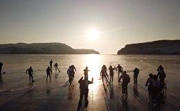 Гонки на велосипедах, лыжах и коньках устроили на замерзшем озере Байкал