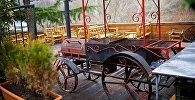 Мангал в виде старинного автомобиля на паровой тяге