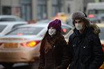 Парень с девушкой в медицинских масках