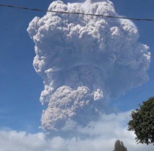 Извержение вулкана в Индонезии: видео с места событий