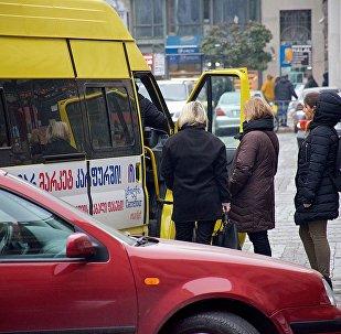 Пассажиры перед посадкой в маршрутное такси