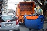Мусороуборочная машина на улице Палиашвили в районе Ваке