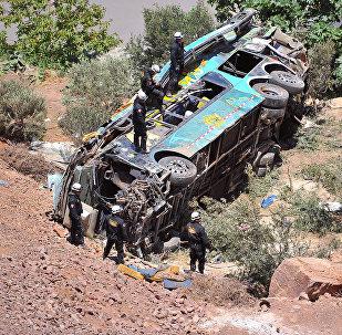 Спасатели работают на месте аварии с автобусом в Перу