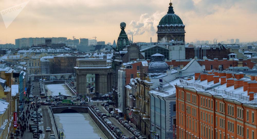 Вид на канал Грибоедова, дом Зингера и Казанский собор с купола собора Спаса на Крови в Санкт-Петербурге