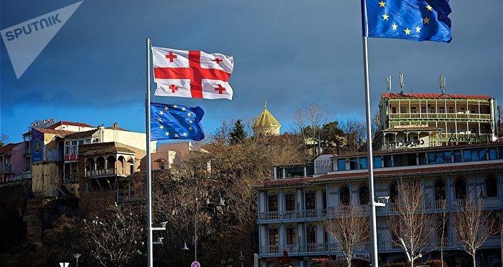 საქართველოს და ევროკავშირის დროშები ევროპის მოედანზე