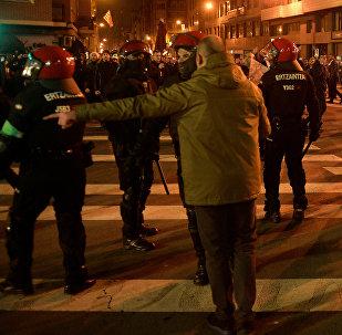 Испанская полиция в городе Бильбао, где произошли столкновения с болельщиками клуба Спартак Москва после матча с Атлетико Бильбао