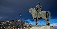 Вид на Тбилиси и памятник Вахтангу Горгасали