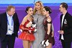 Российские фигуристки Алина Загитова и Евгения Медведева (справа) после выступления в произвольной программе женского одиночного катания на соревнованиях по фигурному катанию на XXIII зимних Олимпийских играх. В центре: тренер по фигурному катанию Этери Тутберидзе