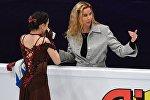 Слева направо: Евгения Медведева (Россия) и тренер Этери Тутберидзе перед выступлением в произвольной программе женского одиночного катания на чемпионате Европы по фигурному катанию в Москве
