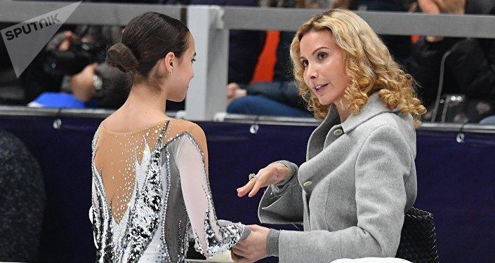 Алина Загитова (Россия) и тренер Этери Тутберидзе