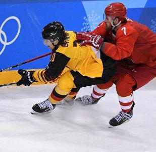 Слева направо: Кристиан Эрхофф (Германия) и Иван Телегин (Россия) в финальном матче Россия - Германия по хоккею среди мужчин на XXIII зимних Олимпийских играх