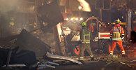 Пожарные и спасатели работают на месте взрыва в английском городе Лестер