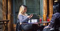Девушки за столиком уличного кафе в Тбилиси