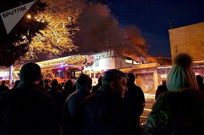 Пожар на продуктово-вещевом рынке в центре Тбилиси